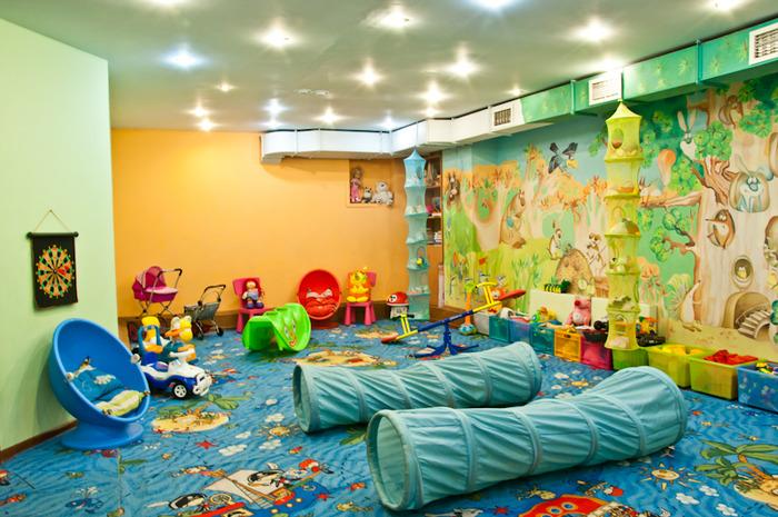 Какие развлекательные центры имеют кафе с детской комнатой во Владивостоке?